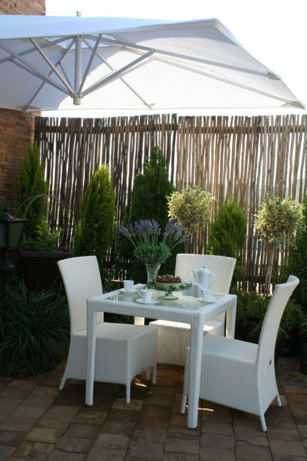 Outdoor Malindi dining table with Ashanti dining chairs.